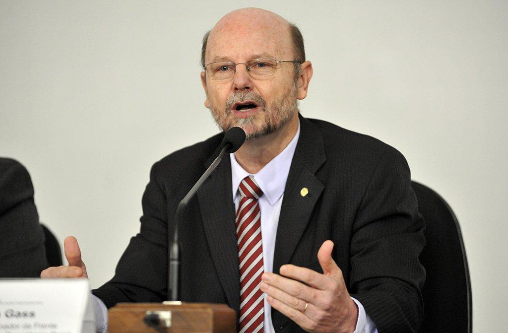 """Deputado Bohn Gass (PT-RS) afirmou queestá havendo um debate na Câmara para recolocar uma legislação com o objetivo de """"refundar a CLT , uma vez que mais de 100 artigos foram tirados desta lei que defende os trabalhadores""""; """"Dia 1 é Curitiba, é Lula livre porque Lula é a maior referência de todos os trabalhadores""""; segundo o parlamentar, a direita, """"rejeitada consecutivamente nas urnas, sem chance de retomar o poder de forma legítima"""" quer """"eliminar adversários políticos""""; assista ao vídeo"""