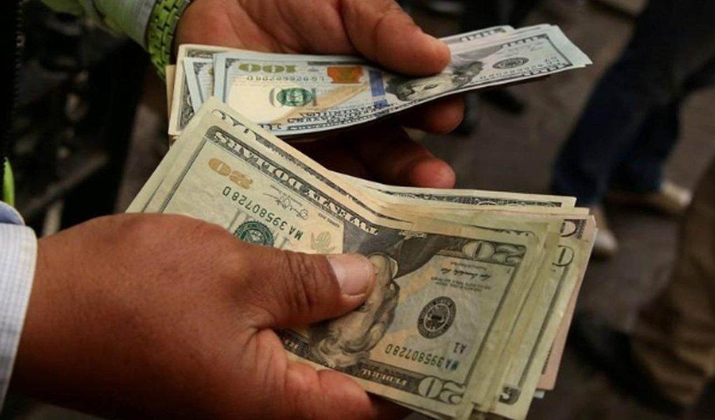 O dólar avançou 2,64%, a R$ 3,8119 na venda, maior alta desde 18 de maio do ano passado; na máxima da sessão, a moeda norte-americana foi a R$ 3,8160, com valorização de 2,75%;mercado local também foi pressionado pela perspectiva de que está chegando ao fim o plano anunciado pelo Banco Central de intervir mais pesado até o fim dessa semana