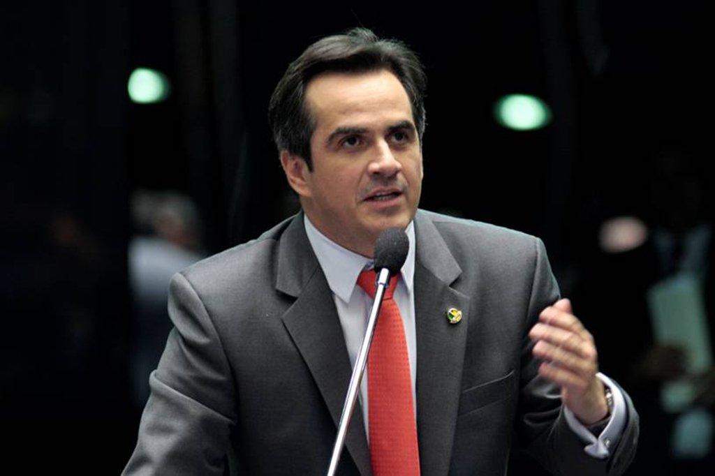 """O senador e presidente nacional do PP, Ciro Nogueira (PI), usou as suas redes sociais nesta quinta-feira (26)para postar vídeos de aliados criticando a operação da PF, que fez buscas no seu gabinete e na sua casa; em um dos vídeos, o prefeito Gilson Filho, de Caracol, diz que o trabalho de Ciro tem """"causado muita inveja"""" e que ele não está só contra """"as mentiras dos invejosos"""""""