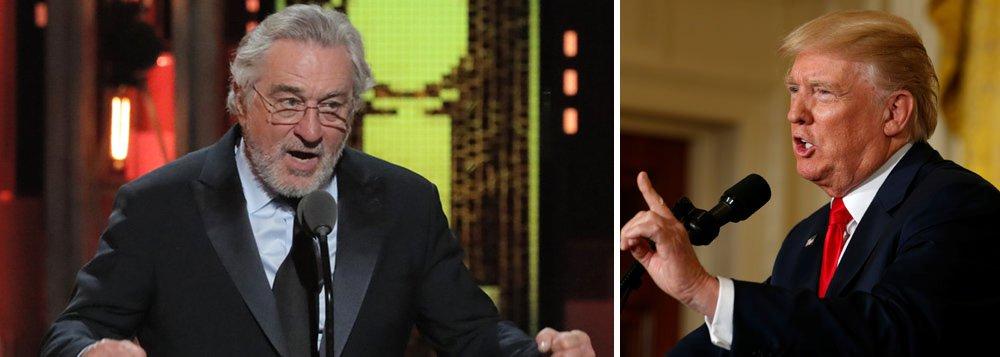 """O ator Robert De Niro pronunciou um xingamento público, falando sobre o presidente dos EUA, Donald Trump, durante a cerimônia de entrega do prêmio Tony, em Nova Iorque. O ator subiu ao palco para entregar o troféu ao músico Bruce Springsteen, e disse: """"Eu quero falar uma coisa: Trump, vai se f***r. Basta de falar: 'Fora Trump', chegou hora de 'Vai se f***r, Trump"""", disparou debaixo de aplausos do público"""