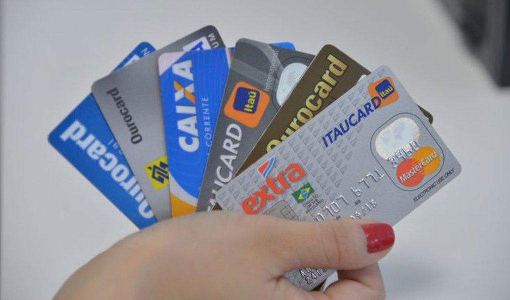 clientes que pagarem menos de 15% da fatura do cartão de crédito e caírem na modalidade de rotativo conhecido como não regular pagarão menos juros a partir de junho. O Conselho Monetário Nacional (CMN) limitou e padronizou os juros para essa modalidade, regulamentando decisão do Superior Tribunal de Justiça (STJ)