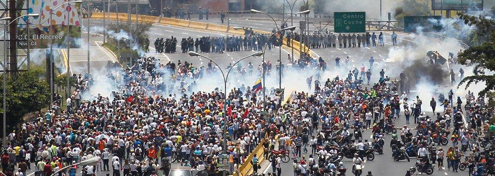Manifestantes em protesto contra o governo do presidente Nicolás Maduro, em Caracas, Venezuela. 11/04/2017 REUTERS/Christian Veron