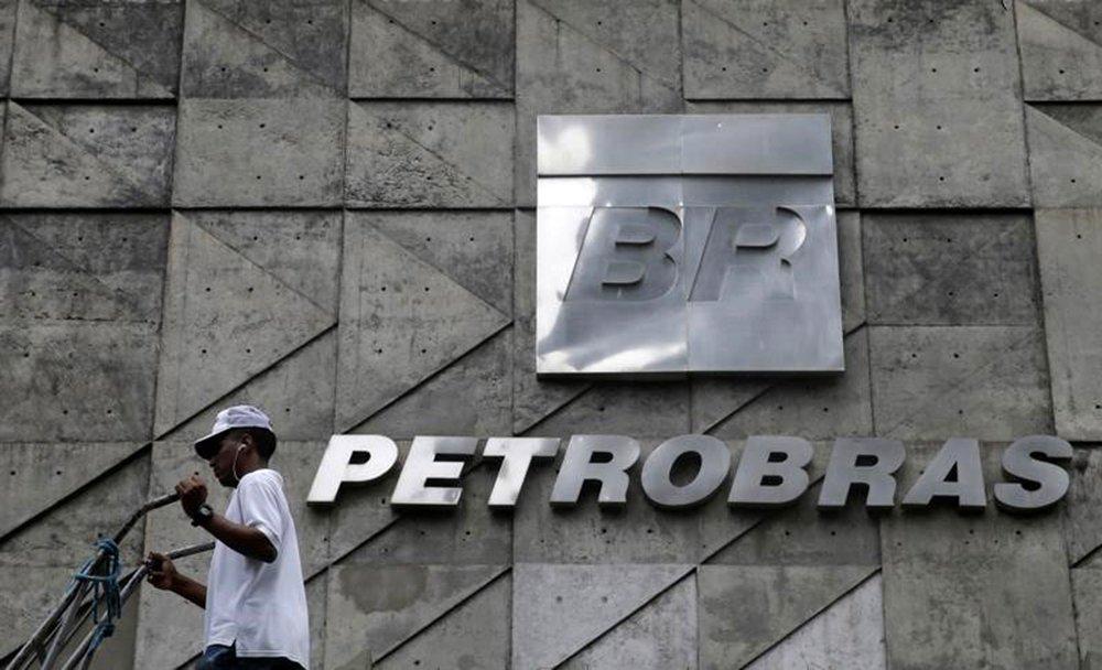 Homem caminha em frente a sede da Petrobras no Rio de Janeiro 13/4/2017 REUTERS/Ricardo Moraes