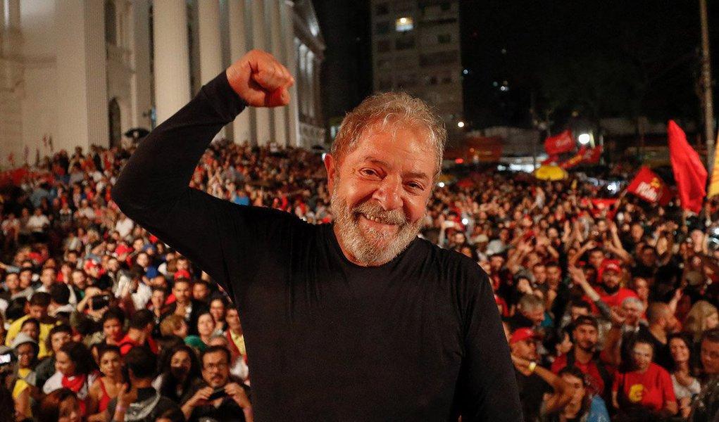 """O editor do Tijolaço, Fernando Brito, destaca que"""" a perseguição a Lula está empurrando o partido de volta aos melhores níveis de popularidade que já teve. 20% dos entrevistados pelo Datafolha manifestam sua preferência pelo partido""""; para ele, """"os """"comentaristas políticos"""", como já se disse aqui bem antes, não são capazes de perceber a força que Lula está ganhando com sua estúpida e brutal transformação em mito. Em fevereiro de 2010, auge da popularidade do seu governo, eram 24% os simpatizantes do PT, para que se tenha ideia do que é, hoje, ter 20%"""", observa"""