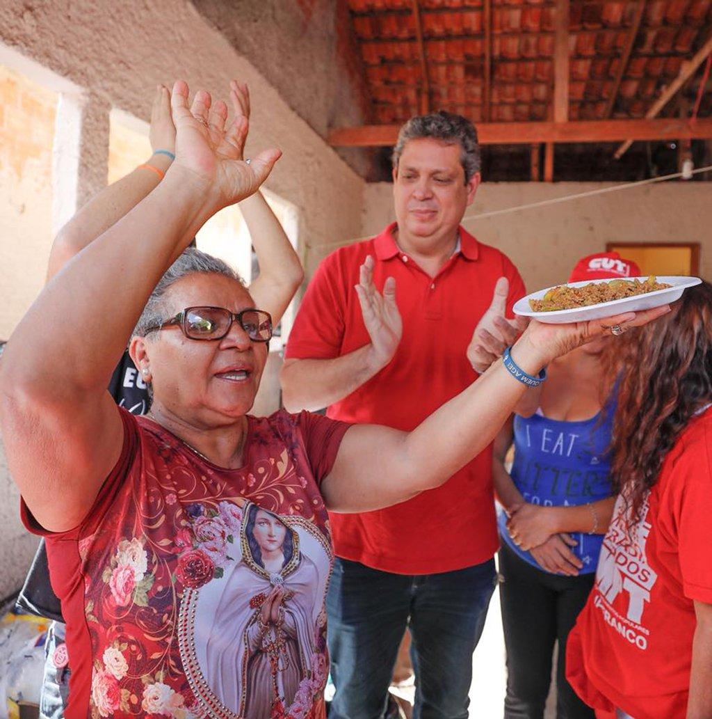 A cozinheira preferida do ex-presidente Lula, Tia Zélia, está tentando fazer uma visita a ele na prisão em Curitiba (PR); ela afirmou que tentará ir outras vezes à capital paranaense e que só não vai preparar o prato preferido do ex-presidente – rabada – porque a PF não entregaria a comida a ele