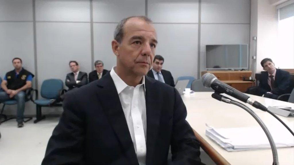 """A defesa do ex-governador do Rio Sérgio Cabral (MDB) oficializou o pedido para que ele saia de Bangu 8, onde está atualmente; """"[Cabral] terá a sua integridade física exposta à retaliação de detentos milicianos e ex-policiais que ajudou a punir durante o seu mandato, como aconteceu na primeira vez em que esteve internado naquele xadrez"""", diz advogado Rodrigo Roca"""