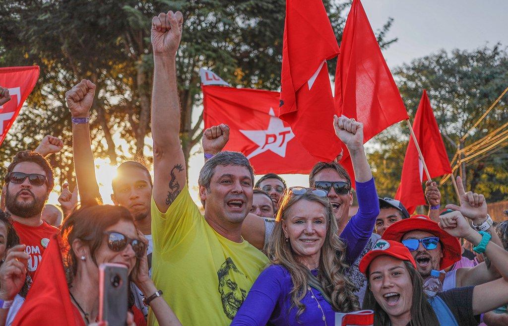 """O senador Lindbergh Farias (PT-RJ) afirmou que """"esse 1 de maio é histórico. Marca a luta pela democracia, por Lula e a união das centrais sindicais""""; """"Lula sempre olhou nos olhos e ouviu o povo. Jamais aprisionarão nossos sonhos de formar um governo cada vez mais próximo dos brasileiros e brasileiras"""""""
