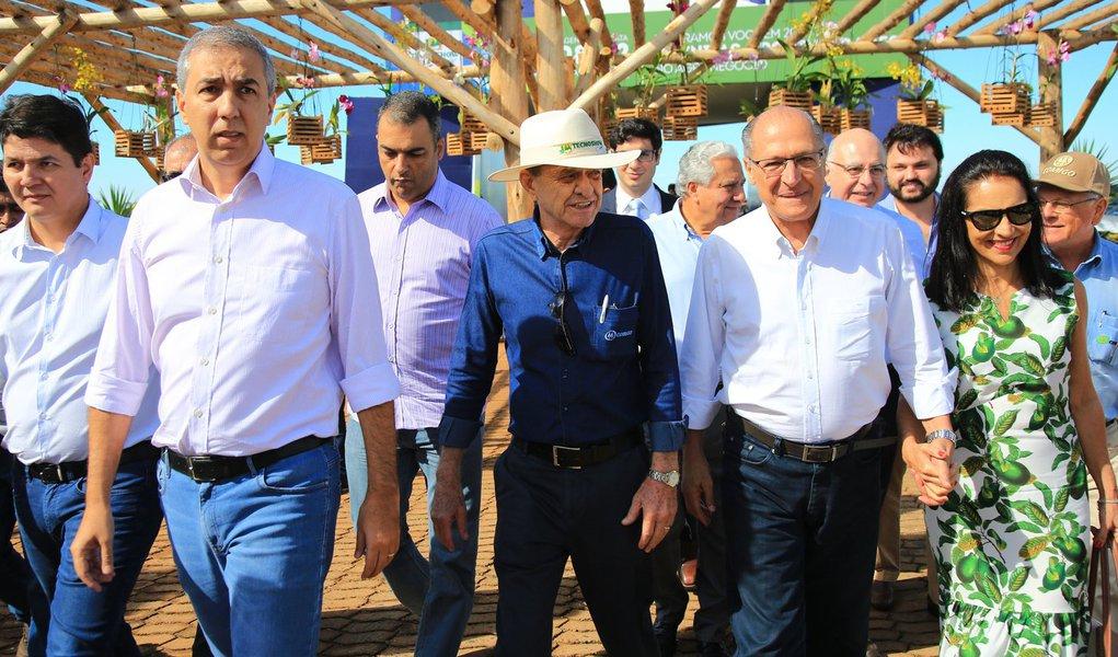 """O ex-governador de São Paulo Geraldo Alckmin teceu elogios aos avanços obtidos por Goiás no setor do agronegócio, ao participar, com o governador José Eliton, do encerramento da Tecnoshow Comigo, na cidade de Rio Verde, hoje pela manhã; """"É impressionante o quanto Goiás melhorou e avançou. Na infraestrutura, nos serviços públicos, agronegócio pujante, indústria crescente , setor de serviços. É um estado irmão"""", disse o ex-governador paulista"""", disse o tucano"""
