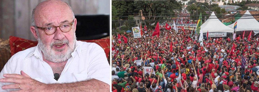 """Para o jornalista Ricardo Kotscho, """"um mar de gente atravessou a cidade numa caminhada da sede da Polícia Federal até o centro histórico, palco de um ato das centrais sindicais em defesa da libertação do ex-presidente Lula"""", no 1º e maio, em Curitiba, mas as as informações repassadas pelos pelos telejornais eram de que apenas 5 mil pessoas participaram da manifestação, segundo os cálculos da Polícia Militar do Paraná, este primor de eficiência e credibilidade"""", destaca"""