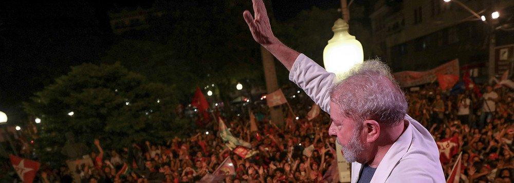 Aqui mesmo, pertinho da minha casa, queimaram na noite de ontem, foguetes e sinalizadores em comemoração ao cárcere de Lula; aliás já lanço a proposta de elegermos o sete de abril como o 'dia nacional da infâmia'. Sim, é que é preciso criar uma pedagogia ou contra-pedagogia para este golpe e para os outros que virão