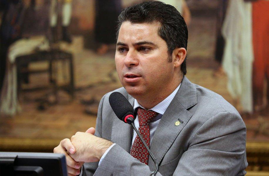 """Justo no dia em que a vida de mais um travesti foi tirada com extrema violência, o deputado federal Marcos Rogério (DEM-RO), publicou um vídeo nas redes sociais para dizer que o Brasil não deve """"avançar"""" na agenda de proteção aos LGBTs"""