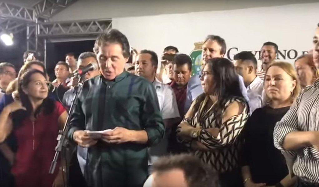 O presidente do Senado, Eunício Oliveira (MDB), foi vaiado em Madalena, no interior do Ceará, durante evento para anunciar investimentos no município; ele é interrompido por gritos e tambores enquanto tenta citar os nomes das autoridades presentes; a deputada federal Gorete Pereira (PR) também foi 'homenageada com solenes' vaias pelo públicopresente; veja vídeos
