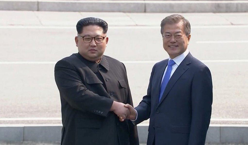 O presidente da Coreia do Norte, Kim Jong-un, atravessou a fronteira da Coreia do Sul para participar da cúpula com o presidente sul-coreano Moon Jae-in; os dois presidentes se cumprimentaram e posaram para fotos momentos antes do início da reunião oficial
