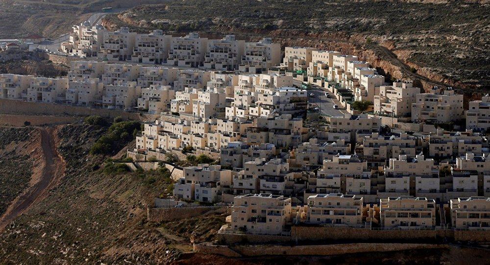 """Um relatório oficial do Governo dos Estados Unidos sobre a observação dos direitos humanos a nível mundial em 2017 retirou o termo """"ocupados"""" ao se referir aos territórios palestinos que foram ocupados por Israel na guerra de 1967; a fonte menciona """"Israel, as Colinas de Golã, a Cisjordânia e Gaza"""" como única alusão à ocupação israelense"""