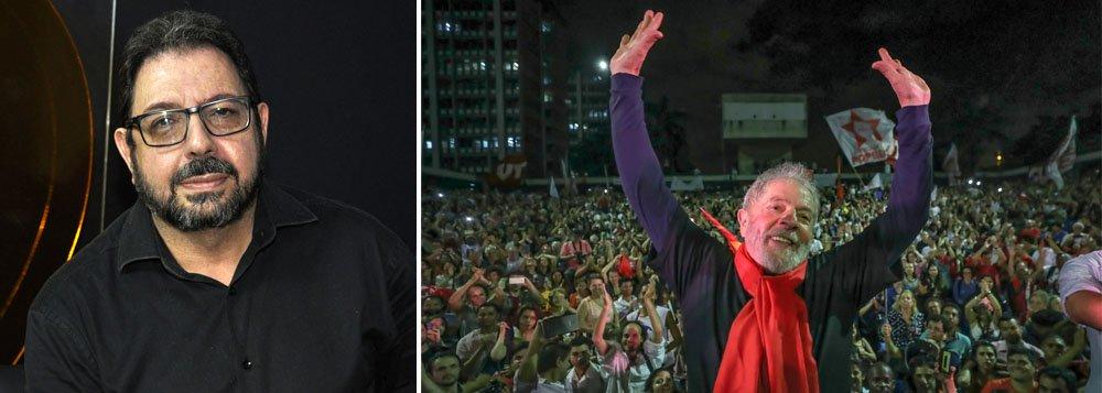 """O jornalista e editor do Blog da Cidadania, Eduardo Guimarães, concedeu entrevista à TV 247 nesta segunda-feira (11) questionando o método de pesquisa utilizado pelo Instituto Datafolha. Ele classifica o levantamento como """"uma farsa"""";""""Se 30% dos eleitores votam em quem Lula indicar, como Jaques Wagner e Haddad pontuam apenas 1% na pesquisa?"""", questiona"""