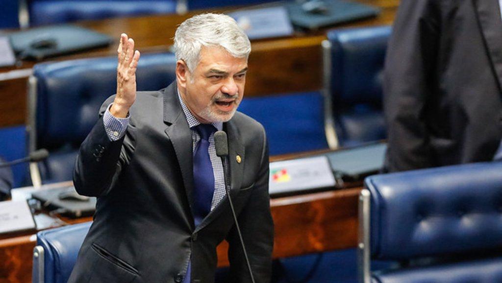 """O líder da Oposição, senador Humberto Costa (PT-PE), aproveitou a celebração do 1º de Maio para dizer que""""em todo o país, a esquerda segue se unificando, mostrando que um momento como este não deve ser de divisão, mas de unir forças em prol da Democracia, em defesa do trabalhador e contra a perseguição a Lula. É a unidade que nos fortalece"""""""