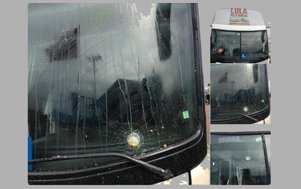 """O delegado Hélder Laudia, responsável pelas investigações sobre o ataque à caravana do ex-presidente Lula no Paraná, informou que os tiros contra os ônibus foram planejados. De acordo com ele, o atirador se posicionou e esperou a caravana passar para atirar;""""Quem fez isso sabia o que estava fazendo"""", disse"""