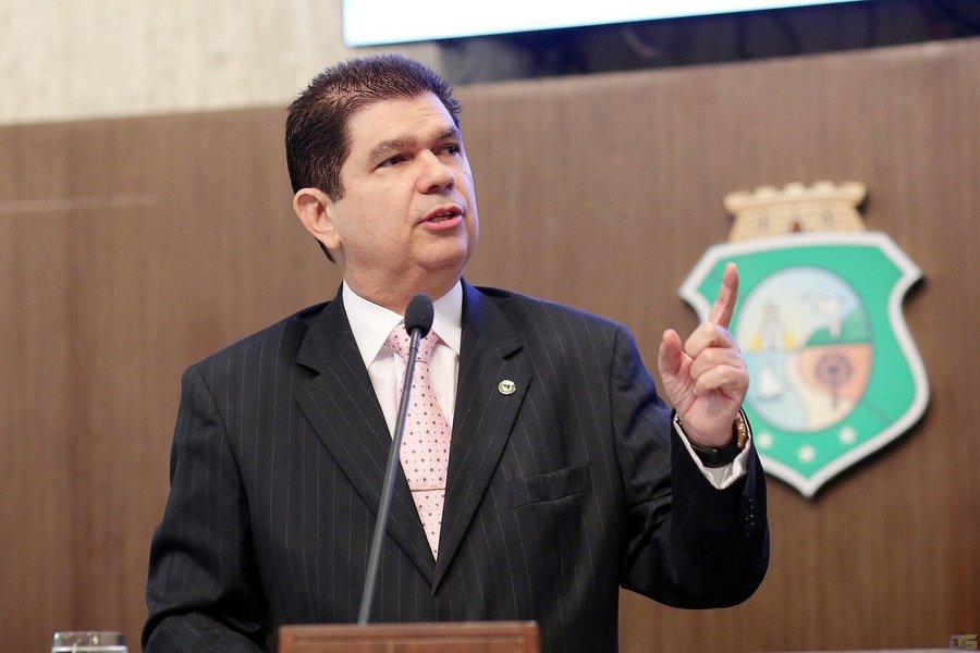 Titular da Sefaz durante os governos Cid Gomes (PDT) e Camilo Santana (PT), o deputado estadual Mauro Filho (PDT) deixa o posto para disputar uma cadeira na Câmara Federal, em Brasília. Em seu lugar, assume o secretário-adjunto da pasta, João Marques