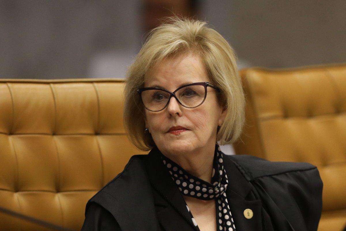 """""""Rendida à pressão de quem foi seu juiz auxiliar [Moro], da Lava Jato e da Globo, Rosa Weber mudou a própria consciência – com a mesma facilidade com que muda de estilo de óculos – e concedeu o voto que consagrou o arbítrio para a prisão do Lula"""", critica o colunista Jeferson Miola, sobre a decisão da ministra do STF que foi decisiva para prisão do ex-presidente Lula; """"Nos próximos dias, o plenário do stf poderá protagonizar nova batalha jurídica em torno da matéria, e então Rosa Weber estará diante da oportunidade histórica de se apaziguar com a própria consciência ou, então, de confirmar a mudança de consciência – se é que isso seja humana e existencialmente possível"""""""