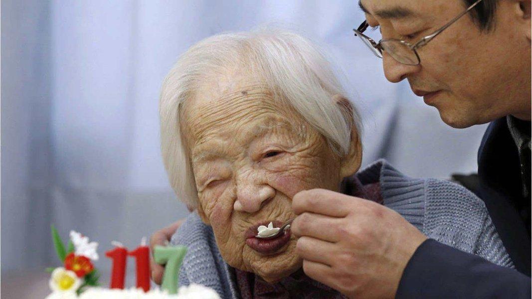 Um funcionário da cidade de Kikai disse que Nabi Tajima morreu em um hospital onde estava hospitalizada desde janeiro deste ano; Tajima nasceu em 4 de agosto de 1900 e supostamente tinha mais de 160 descendentes, incluindo tataranetos