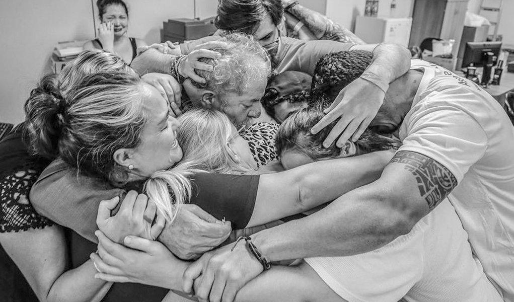 """O defensor público do Ceará e professor de Direito e Processo Penal, Jorge Bheron Rocha, expõe em artigo no Conjur por que o ex-presidente Lula pode ser libertado; """"A execução antecipada ou provisória da pena atenta contra a sistemática, a literalidade e a escolha do constituinte de um devido processo democrático constitucional, cujos meios inerentes ao contraditório e ampla defesa incluíram o acesso ao debate perante o STF e STJ e o aguardo de seus julgamentos como condição de aperfeiçoamento e reconhecimento da culpa, pressuposto da pena"""""""