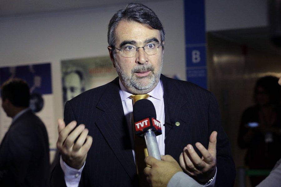 """Deputado Henrique Fontana (PT-RS) criticou a possível investigação da PGR sobre as declarações da presidente nacional do PT, senadora Gleisi Hoffmann (PR), em vídeo enviado à TV Al Jazeera, do Qatar; parlamentar também disse que """"rede de solidariedade internacional a Lula seguirá crescendo"""""""