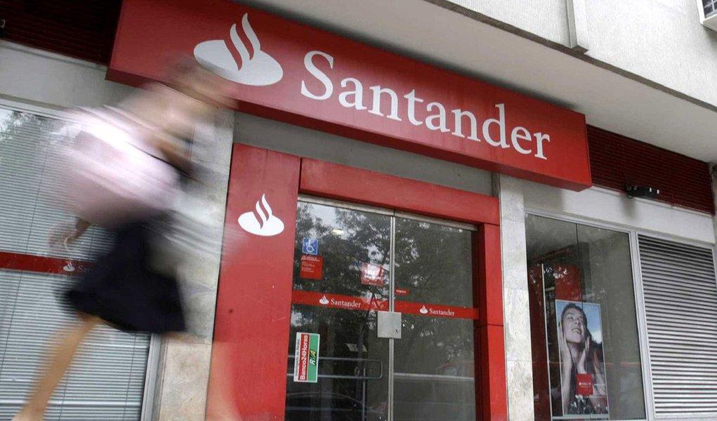 Banco Santander abriu a temporada de resultados bancários da Espanha com um aumento de 10% no lucro líquido do primeiro trimestre ante o mesmo período do ano anterior, superando as previsões e ajudado por fortes negócios no Brasil, seu maior mercado; no Brasil, onde obtém cerca de 26% de ganhos, o lucro líquido do Santander subiu 7% no ano; Santander, maior banco da zona do euro em valor de mercado, divulgou lucro líquido de 2,05 bilhões de euros (2,5 bilhões de dólares) nos três primeiros meses do ano