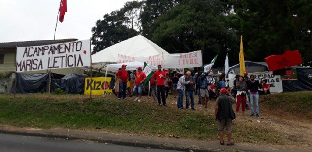 """Diante de mais uma ataque aos apoiadores de Lula, que estão acampados em Curitiba, aumenta a nossa certeza de que o fascismo está entre nós.A incitação ao ódio, a intolerância e a prática de crimes """"do bem"""", tem se naturalizado em muitos discursos anti esquerda, mas, é louvada com mais fervor e ardor, no proselitismo político praticado pelo ícone da extrema direita, Jair Bolsonaro"""