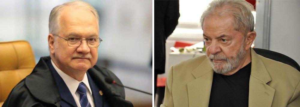 """Ministro Luiz Edson Fachin determinou nesta sexta-feira (22) o arquivamento de pedido de liberdade feito pela defesa do ex-presidente Lula; julgamento estava marcado para a próxima terça (26); Fachin entendeu que como o Tribunal Regional Federal da Quarta Região (TRF-4) rejeitou enviar recurso contra a condenação de Lula ao Supremo, o pedido da defesa ficou """"prejudicado"""""""