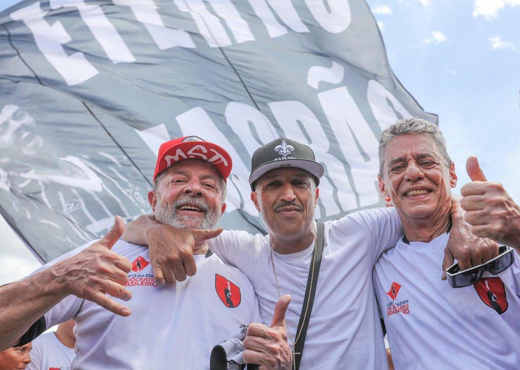 Mano Brown trouxe seu abraço de fim de ano e o desejo de um feliz 2018 para Lula e Chico Buarque na partida de futebol de inauguração do campo Doutor Sócrates Brasileiro na Escola Nacional Florestan Fernandes, do MST. Foto: Ricardo Stuckert