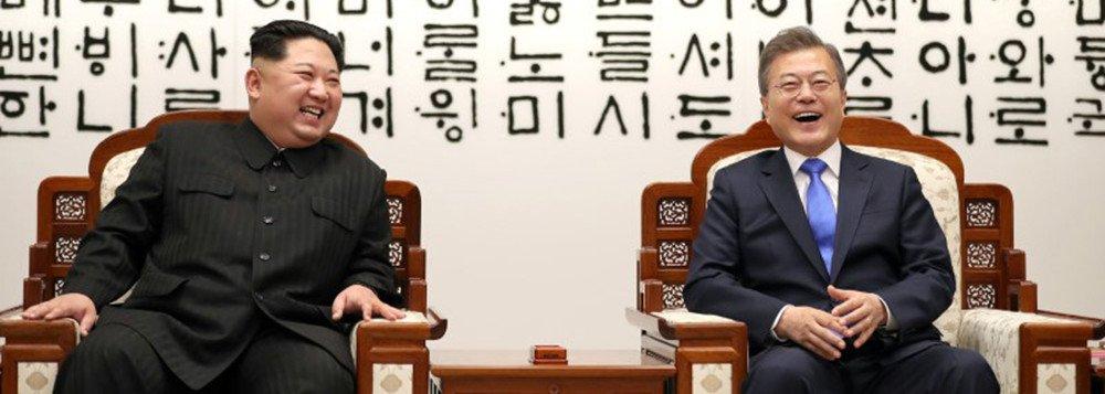 Não há acordo entre duas partes se elas não tem interesses próprios a serem atendidos. É uma grande tolice achar que a Coréia do Norte vai abrir mão de seus arsenais atômicos de graça. Também é tolice imaginar que Trump fará um acordo que não passe pelo total desarmamento de mísseis de longo alcance da Coréia