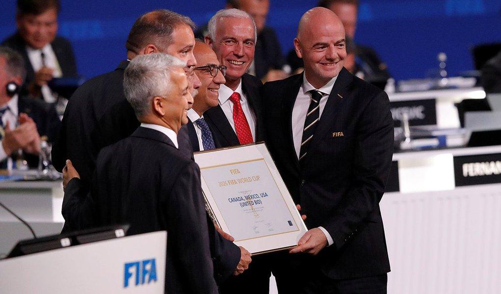 Presidente da Fifa, Gianni Infantino (D), posa para foto após anúncio de que EUA, México e Canadá sediarão Copa do Mundo de 2026 13/06/2018 REUTERS/Sergei Karpukhin
