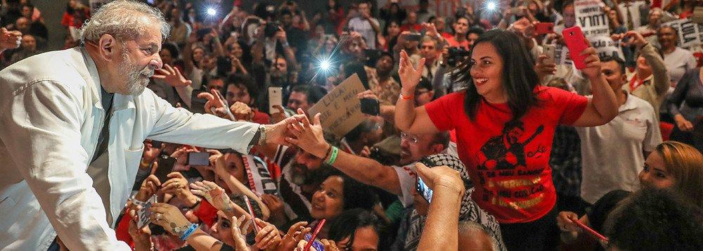 Impedido por uma multidão de apoiadores, o ex-presidente Lula Luiz Inácio Lula da Silva tentou deixar a sede do Sindicato dos Metalúrgicos do ABC, em São Bernardo do Campo (SP), por volta das 17h30; ele chegou a entrar em um carro com o advogado Cristiano Zanin, mas o veículo foi cercado por centenas de pessoas que impediram o veículo de sair; desde então, integrantes do PT negociam com os manifestantes a saída do ex-presidente