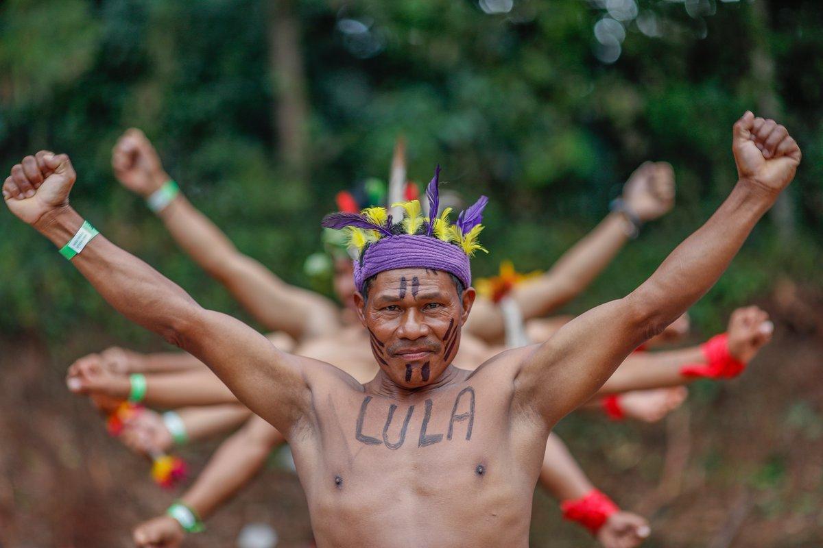 """Índios da tribo Kaingang chegaram nesta quarta-feira 2 ao acampamento Lula Livre, em Curitiba, onde fizeram uma cerimônia em homenagem ao ex-presidente; """"Hoje o nosso país está doente"""", declarou liderança indígena; assista"""