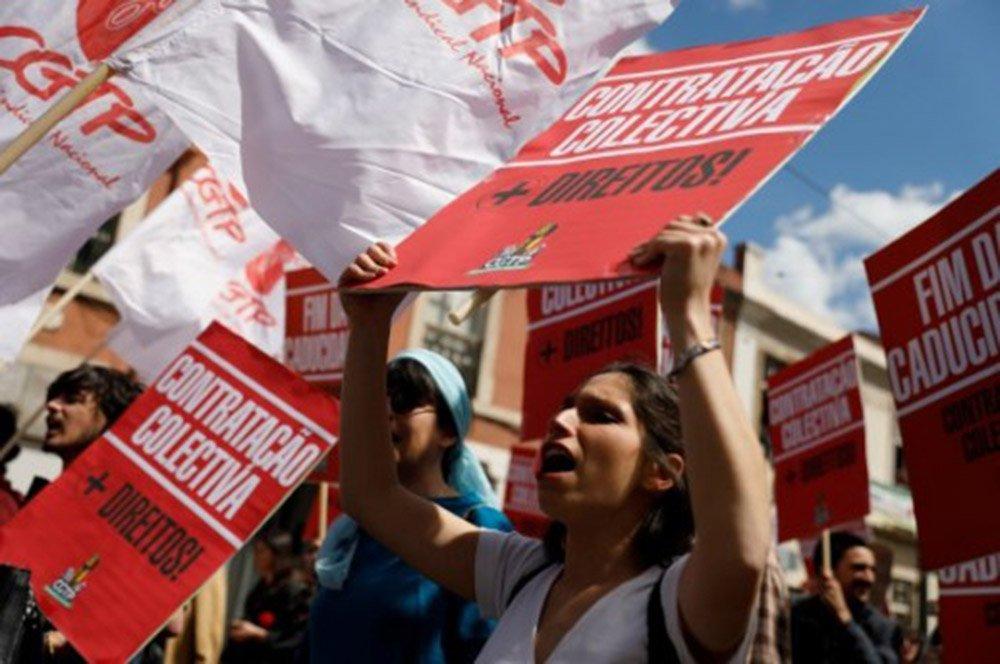 """Empunhando cartazes com dizeres tais como """"se não nos deixam sonhar não os deixaremos dormir""""; """"ninguém é mais que os outros""""; """"liberdade é viver sem precariedade""""; """"privatização não""""; """"exigimos o que é nosso: trabalho, salário, estabilidade, direitos""""; """"especulação=desumanização"""", milhares de portugueses de todas as idades, jovens, adultos, velhos e crianças saíram às ruas nas maiores cidades de Portugal"""