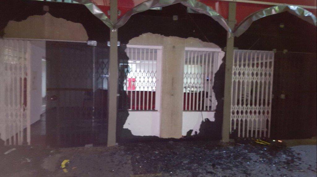 Os tiros disparados contra um acampamento em favor do ex-presidente Lula, na madrugada do último sábado (28), em Curitiba (PR) não é um caso isolado; nos últimos três anos foram ao menos 10 ataques sofridos pelo ex-presidente e pelo partido; em30 de junho de 2016, por exemplo, a sede nacional do PT em São Paulo foi atacada pela segunda vez em menos de 24 horas; vidros do prédio foram quebrados; confira outros casos