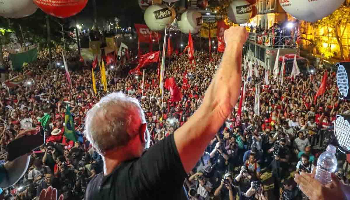 """""""Ao realizar uma sessão protocolar para simplesmente recusar as contestações [embargos dos embargos declaratórios] da defesa do ex-presidente Lula sem sequer analisar o mérito, o tribunal de exceção da Lava Jato [trf4] deixou a marca de 'batom na cueca'; a marca da farsa jurídica montada para prender Lula"""", critica o colunista Jeferson Miola; """"A monstruosidade do ataque à democracia e ao Estado de Direito, de tão escatológico, facilita a narrativa sobre a escalada fascista no Brasil"""", diz ele"""