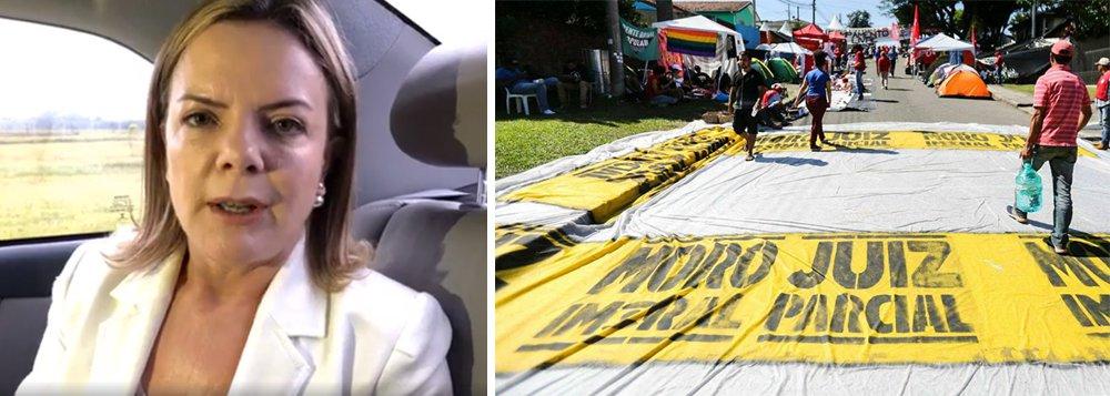 """""""Muito grave o atentado nesta madrugada ao acampamento da vigília democrática de solidariedade ao Lula. Companheiro Jeferson, de São Paulo, baleado no pescoço, corre risco de morte. Esperamos providência rigorosa por parte das autoridades de segurança"""", denuncia a senadora Gleisi Hoffmann, presidente do PT; em vídeo, ela detalha que """"mais de 20 tiros foram disparados contra o acampamento"""" Marisa Letícia, e diz que a violência """"é resultado desse processo construído de perseguição contra o presidente Lula, o PT e os movimentos de esquerda. A Lava Jato tem responsabilidade nisso, assim como a Globo""""; assista"""