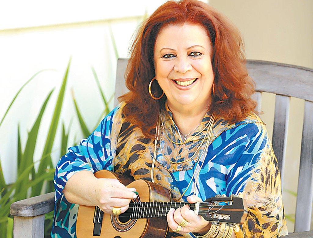 """A cantora Beth Carvalho gravou uma canção composta por Claudinho Lima em defesa da libertação de Lula; a canção, chamada """"Lula Livre"""" foi publicada ontem no Youtube; a letra, em tom de chamamento, associa a retomada da história de um país à libertação urgente de seu maior e mais aclamado presidente; assista"""