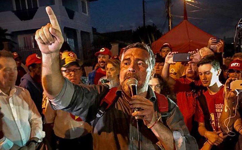 """Em discurso no acampamento Lula Livre, em Curitiba, o líder do PT na Câmara, Paulo Pimenta, mandou um recado a quem tenta manter isolado o ex-presidente Lula; """"Nós já notificamos a juíza (Carolina Moura Lebbos, da 12.ª Vara Federal de Curitiba): terça-feira, às 11 horas a comissão estará aqui em Curitiba, nós vamos entrar na Superintendência, vamos inspecionar a Superintendência, vamos falar com o presidente Lula, e quem tentar nos impedir vai ser responsabilizado pelo crime que vai cometer"""""""