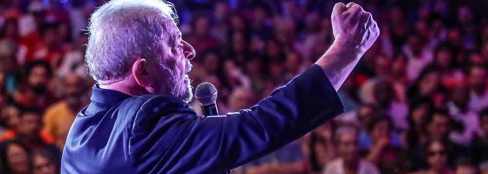 """Vítima de caçada judicial e, mesmo assim, líder nas pesquisas e considerado o melhor presidente da história do País, Luiz Inácio Lula da Silva fez um discurso em São Bernardo do Campo (SP) que entrará para a história; """"Não adianta tentar acabar com as minhas idéias, elas já estão pairando no ar e não tem como prendê-las. Não adianta parar o meu sonho, porque quando eu parar de sonhar, eu sonharei pela cabeça de vocês e pelos sonhos de vocês"""", disse; """"Não adianta eles acharem que vão fazer com que eu pare, eu não pararei porque eu não sou um ser humano, sou uma ideia"""""""