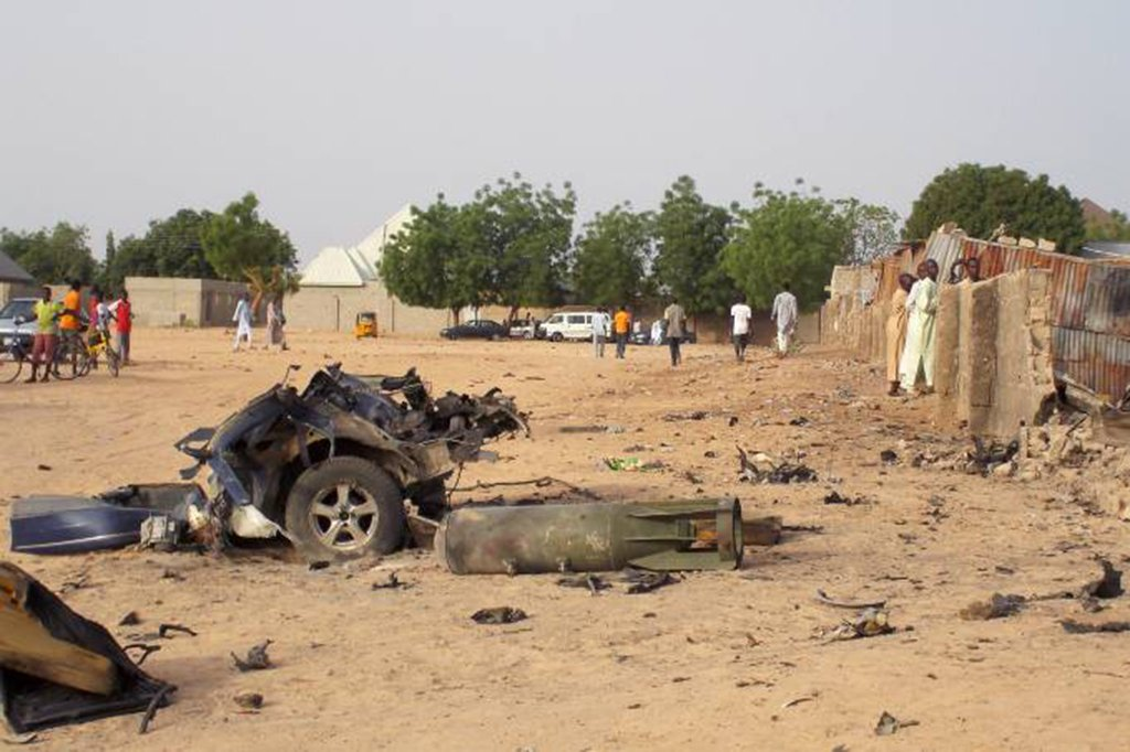 Explosões dentro e nos arredores de uma mesquita localizada no nordeste da Nigéria mataram ao menos 20 pessoas nesta terça-feira, informou a polícia; as detonações ocorridas na cidade de Mubi têm a marca registrada do grupo militante islâmico Boko Haram, que mantém uma insurgência no país mais populoso da África desde 2009 e utiliza homens-bomba com frequência em locais movimentados;(foto: explosão do grupo na semana passada)
