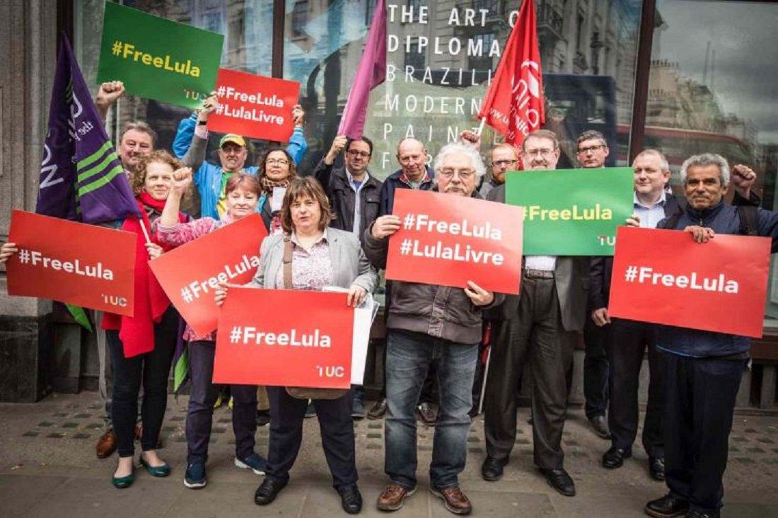 Sindicalistas britânicos apresentaram uma carta pedindo liberdade imediata do ex-presidente Lula; a carta é assinada por Francis O'Grady, Secretária Geral da Central Sindical Britânica (TUC); entre o sindicalistas estavam representantes da Unite, o maior sindicato britânico, e da NUT, Sindicato dos Professores, junto a outras organizações da sociedade civil; Tony Burke, Subsecretário Geral da Unite, tentou entregar a carta, apertando a campainha da Embaixada brasileira, mas a porta não foi aberta