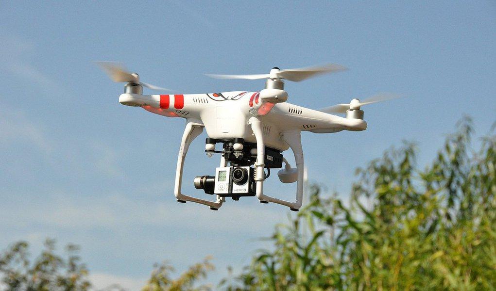 Drones (ou UAVs) são veículos aéreos que não necessitam de ser controlados por humanos, isto é, ao contrário de aviões, estes eletrônicos não tem um piloto, mas são sim telecomandados. Os drones têm sido a estrela de ascensão dos eletrônicos para o consumidor, e se você já não é dono de um, certamente conhece alguém que o é. Estes aparelhos têm sido também procurados em diferentes indústrias, tais como vigilância, agricultura, vendas e serviços de construção