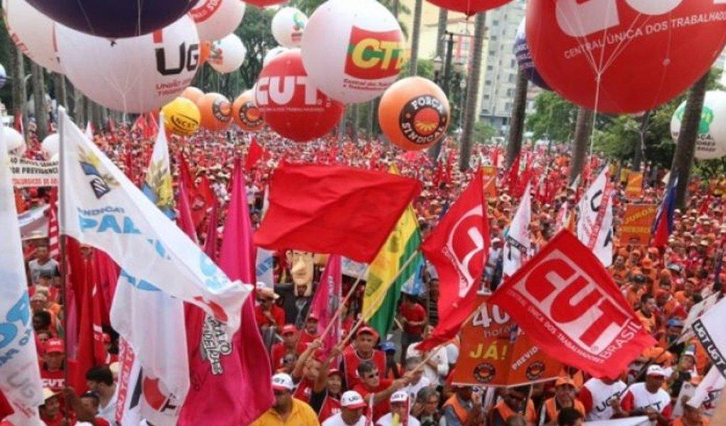 Boletim da Comitê Popular em Defesa de Lula e da Democracia destacou na tarde desta quinta-feira, 26, a união das sete maiores centrais sindicais em defesa do ex-presidente Lula, que é mantido como preso político na sede da Polícia Federal em Curitiba; CUT, Força Sindical, CTB, NCST, UGT, CSB e Intersindical, junto com e as frentes Brasil Popular e Povo Sem Medo, farão em Curitiba um grande ato no 1º de Maio, que contará com a presença de artistas, que se apresentação a partir das 14h na Praça da Democracia