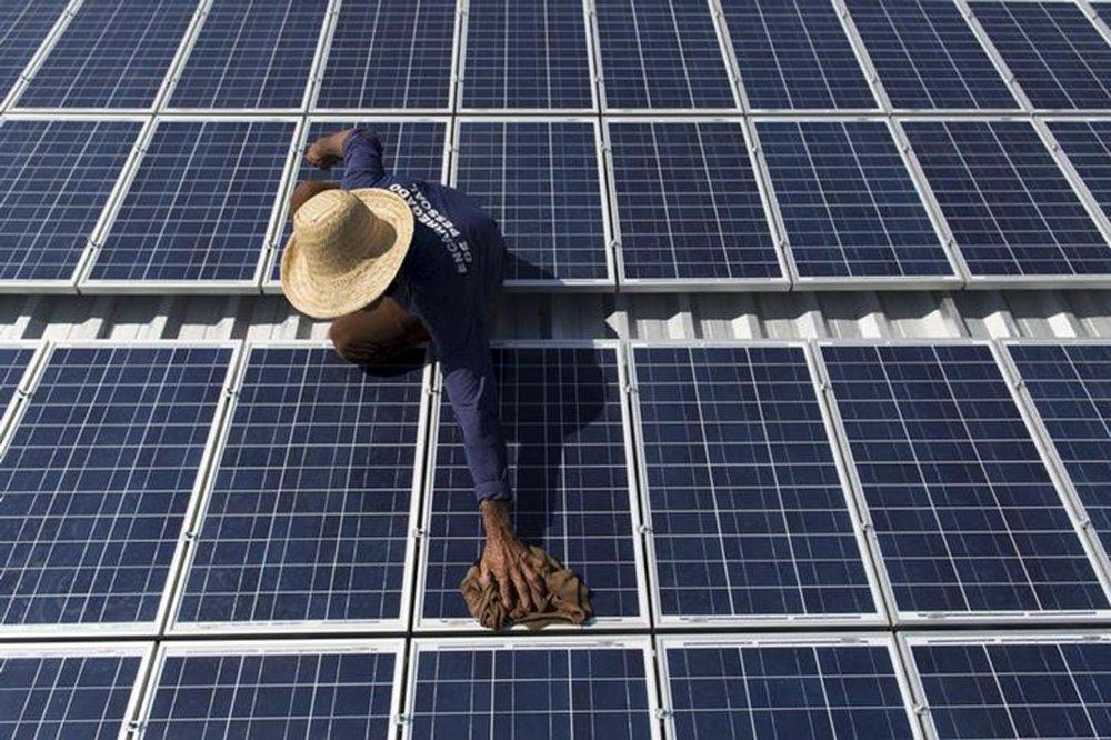 Francisco da Silva Vale, 61, faz manutenção de painéis solares na comunidade Vila Nova do Amana na Reserva de Desenvolvimento Sustentável, no Estado do Amazonas, no Brasil 22/09/2015 REUTERS/Bruno Kelly