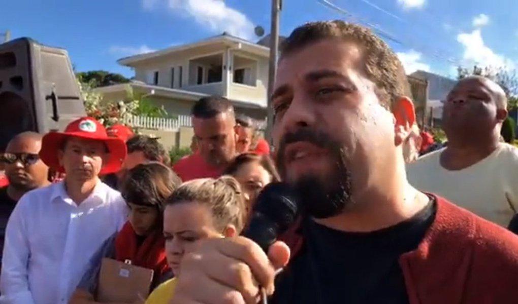 """O líder do MTST e presidenciável do PSOL, Guilherme Boulos, participou na manhã desta quarta-feira, 11, de manifestação no acampamento em defesa do ex-presidente Lula, próximo à Superintendência da Polícia Federal em Curitiba; Boulo, que viaja hoje para Portugal, defendeu que os veículos de mídia independente e a militância repercutam internacionalmente a prisão política de Lula; """"As mobilizações vão crescer porque a ficha das pessoas está caindo. A indignação está se transformando em mobilização"""", disse"""