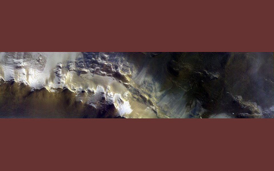 O super avançado equipamento fotográfico de alta resolução da sonda ExoMars, em órbita ao redor de Marte, acaba de mandar sua primeira foto. Ela é simplesmente sensacional: revela enormes depósitos de gelo nas bordas da cratera Korolev, no hemisfério norte. E confirma que água, embora congelada, é abundante no planeta vizinho. Na foto de abertura, detalhe da imagem tirada pelo equipamento CaSSIS da sonda ExoMars