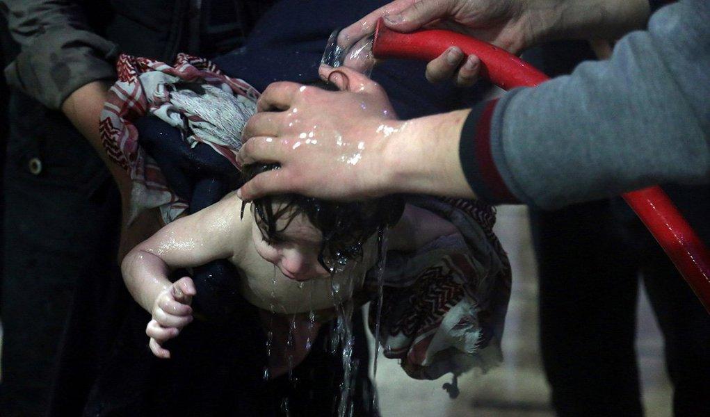 Criança é tratada em hospital em Douma, após suposto ataque químico na Síria 07'/04/2018 White Helmets/Divulgação via REUTERS