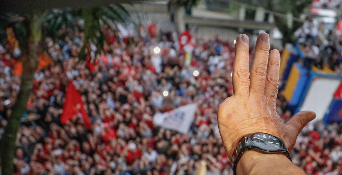 """O jornalista Mauro Lopes compara a manchete dada pela Folha de S.Paulo e a íntegra da pesquisa do Instituto Datafolha, que """"busca manter um mínimo de credibilidade"""", segundo ele, e destaca os pontos mais importantes do levantamento: Lula tem o dobro de Geraldo Alckmin em São Paulo; a rejeição ao ex-presidente despencou para 36% (em 2016, chegou a 57% e, em dezembro passado, estava em 39%);o poder de transferência de Lula é enorme: 46% dos eleitores admitem votar num candidato indicado por ele"""